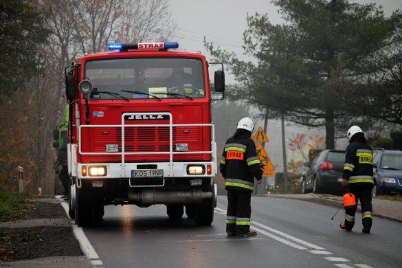 Poranne utrudnienia na DK44. Trzy zastępy neutralizowały plamę substancji ropopochodnej. ZDJĘCIA!
