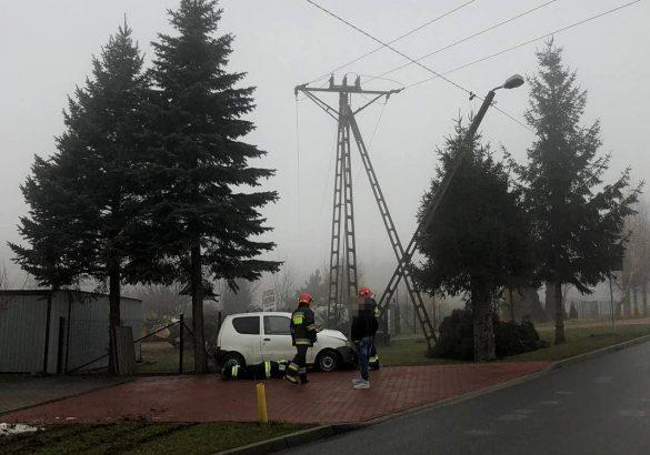 Słup energetyczny stanął na drodze Fiata Seicento – ZDJĘCIA!