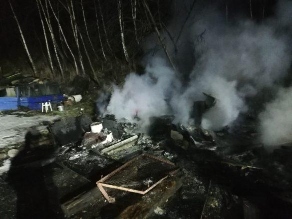 Pożar przyczepy kempingowej, w której mieszkały osoby bezdomne – ZDJĘCIA!