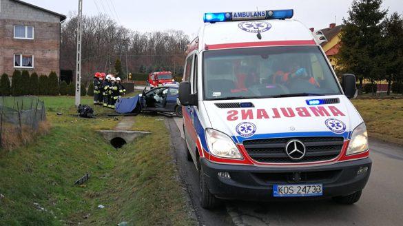 Po uderzeniu w betonowy mostek z samochodu wypadł silnik – ZDJĘCIA!