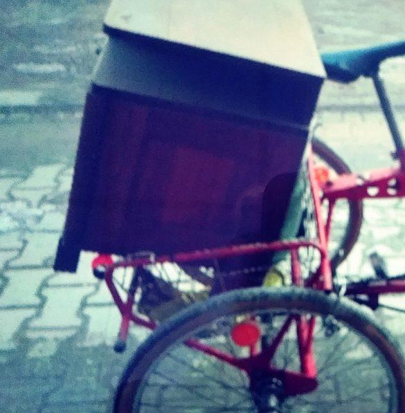 Pijany rowerzysta spowodował kolizje przewożąc… komodę – ZDJĘCIA!