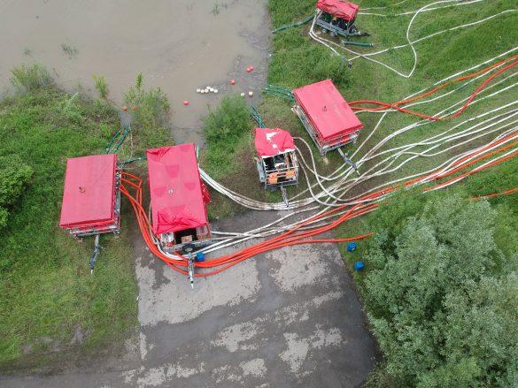Strażacy bronią oczyszczalni w Podolszu – FILM, ZDJĘCIA!