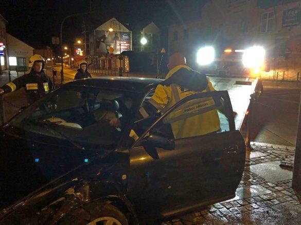 Dwa samochody osobowe zderzyły się w nocy na Rynku w Kętach – ZDJĘCIA!