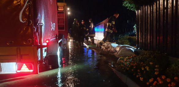 Intensywne opady deszczu znowu zalały ul.Polną w Brzeszczach- ZDJĘCIA!