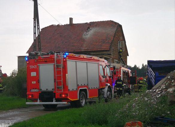 Piorun uderzył w budynek mieszkalny i doprowadził do pożaru – ZDJĘCIA!