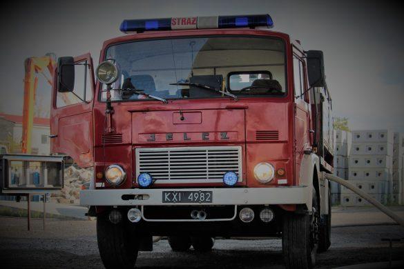 Pożar stolarni w Brzeszczach. Z ogniem walczyło 15 zastępów straży pożarnej – ZDJĘCIA!