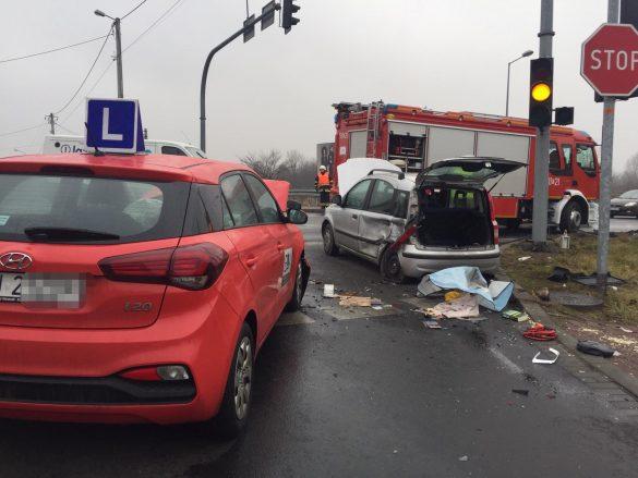 Karambol w Chełmku. Jeden z samochodów dachował – ZDJĘCIA!