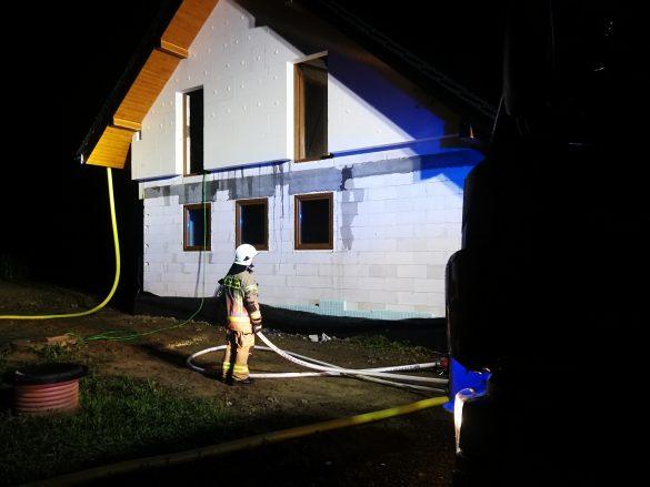Pożar budynku od uderzenia pioruna – ZDJĘCIA!