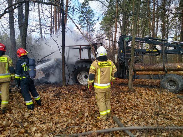 W środku lasu palił się ciągnik rolniczy – ZDJĘCIA!