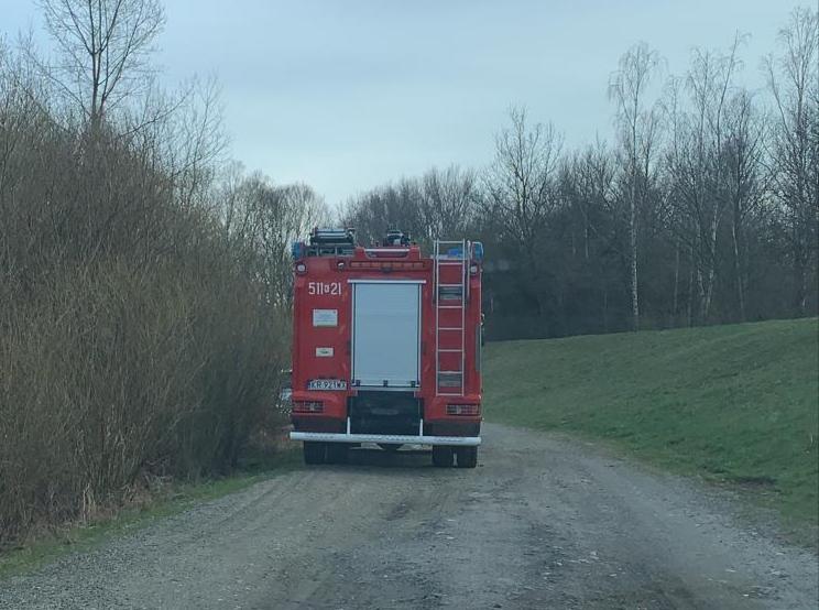 Strażacy z JRG Oświęcim podjęli ciało z rzeki i ewakuowali na brzeg do dalszych oględzin.