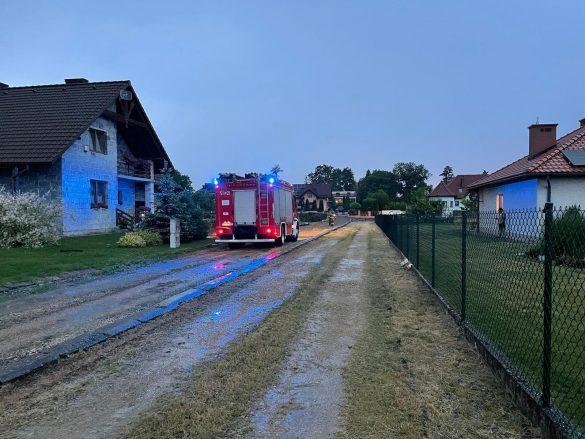 Przez powiat przechodzi gwałtowna burza. Piorun uderzył w budynek mieszkalny w Porębie Wielkiej