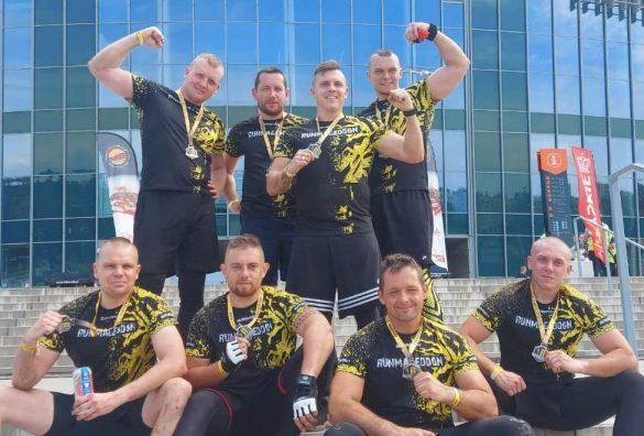 Ośmiu policjantów na mecie Runmageddon Rekrut