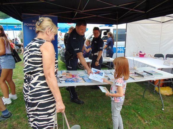 Policjanci promowali bezpieczeństwo podczas charytatywnego pikniku na rzecz leczenia chorej Milenki