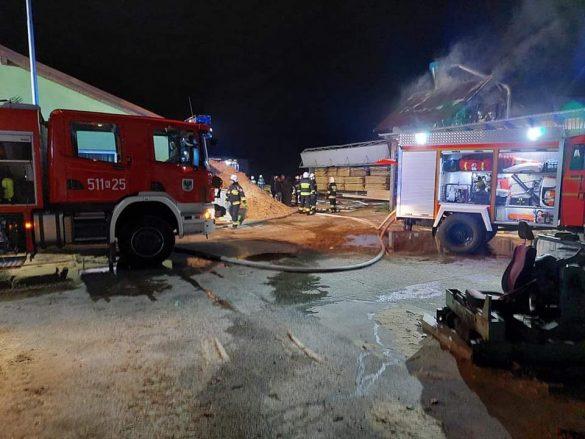 Pożar tartaku w Harmężach. W akcji kilkanaście zastępów straży pożarnej –  ZDJĘCIA!